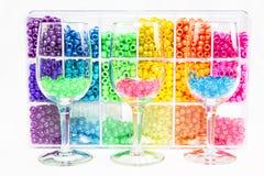 Hohes Schlüsselbild von Perlen in den Wein-Gläsern Stockfotos
