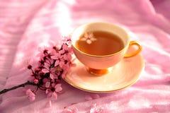 Hohes Schlüsselfoto der rosa Weinlese-Schale und der Blüten stockbilder