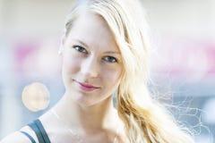 Hohes Schlüsselporträt der jungen Frau Lizenzfreies Stockfoto