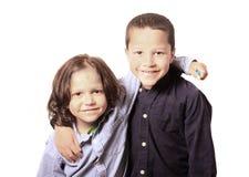 Hohes Schlüsselporträt von zwei Brüdern oder von Freunden Stockbild