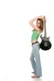 Hohes Schlüsselstudioportrait der reizvollen Frau mit Gitarre Stockfoto