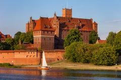 Hohes Schloss der Malbork-Schloss-Fluss-Ansicht Lizenzfreies Stockfoto