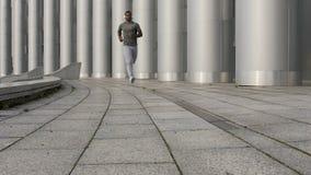 Hohes schwarzes Sportlertraining für Marathon in der Freizeit, engagierter Konkurrent stock footage