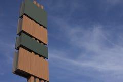 Hohes unbelegtes Schild mit wechselnden Panels Lizenzfreie Stockfotografie
