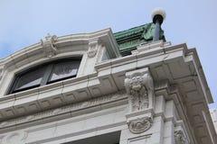 Hohes historisches Gebäude in im Stadtzentrum gelegenem Chicago Stockfotografie