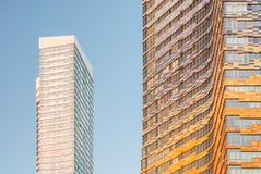 Hohes Wohngebäude und blauer Himmel Stockfotografie