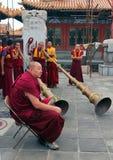 HOHHOT INNER MONGOLIA - JULE 12: Munkar förbereder sig för aet Arkivbilder