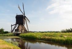 Hohle Bockwindmühle in einer niederländischen Polderlandschaft Lizenzfreie Stockbilder
