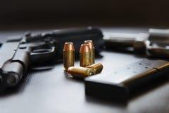 45 hohle Punktkugeln des Kalibers nähern sich Pistole und Zeitschrift Stockfotos