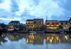 Hoi在黄昏的河沿 免版税图库摄影
