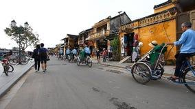 Hoi, 28.2016 Βιετνάμ-Δεκεμβρίου: Σε Hoi τα trishaws είναι πολύ δημοφιλή με τους τουρίστες, ως κυκλοφορία στην πόλη στα αυτοκίνητα απόθεμα βίντεο