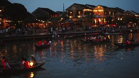 Hoi, Βιετνάμ - 10 Μαΐου 2018: Άποψη Thu Bon ποταμών νύχτας με τα επιπλέουσες φανάρια και τις βάρκες Hoi, μιά φορά γνωστός ως Faif φιλμ μικρού μήκους