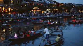 Hoi, Βιετνάμ - 10 Μαΐου 2018: Άποψη Thu Bon ποταμών νύχτας με τα επιπλέουσες φανάρια και τις βάρκες Hoi, μιά φορά γνωστός ως Faif απόθεμα βίντεο