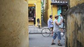 Hoi, Βιετνάμ - 10 Μαΐου 2018: Αρχαία άποψη οδών πόλεων με τον τουρίστα από την Κίνα στο στενό ασιατικό πέρασμα με τους κίτρινους  φιλμ μικρού μήκους