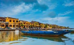 HOI, ΒΙΕΤΝΆΜ - 17 ΜΑΡΤΊΟΥ 2017: Παραδοσιακές βάρκες μπροστά από την αρχαία αρχιτεκτονική σε Hoi, Βιετνάμ Στοκ εικόνα με δικαίωμα ελεύθερης χρήσης