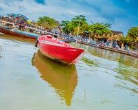 HOI, ΒΙΕΤΝΆΜ - 17 ΜΑΡΤΊΟΥ 2017: Παραδοσιακές βάρκες μπροστά από την αρχαία αρχιτεκτονική σε Hoi, Βιετνάμ Στοκ Φωτογραφίες