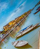 HOI, ΒΙΕΤΝΆΜ - 17 ΜΑΡΤΊΟΥ 2017: Παραδοσιακές βάρκες μπροστά από την αρχαία αρχιτεκτονική σε Hoi, Βιετνάμ Στοκ εικόνες με δικαίωμα ελεύθερης χρήσης