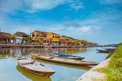 HOI, ΒΙΕΤΝΆΜ - 17 ΜΑΡΤΊΟΥ 2017: Παραδοσιακές βάρκες μπροστά από την αρχαία αρχιτεκτονική σε Hoi, Βιετνάμ Στοκ Φωτογραφία