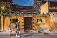 HOI, ΒΙΕΤΝΆΜ - 15 ΜΑΡΤΊΟΥ 2017: Παλαιά πόλη Hoian ταξιδιού ομάδας ανθρώπων, αρχαίο σπίτι, κληρονομιά χωρών Στοκ εικόνες με δικαίωμα ελεύθερης χρήσης