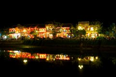 Hoi μια όχθη ποταμού τη νύχτα, παγκόσμια κληρονομιά της ΟΥΝΕΣΚΟ του Βιετνάμ Στοκ εικόνα με δικαίωμα ελεύθερης χρήσης
