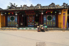 Hoi, Вьетнам - 13-ое апреля 2013: Сборщик мусора и ее велосипед, Hoi древний город Стоковые Изображения RF