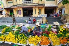 Hoi, Вьетнам - 12-ое мая 2014: Неопознанные поставщики цветка на Hoi рынок в Hoi древний город Стоковое Фото
