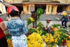 Hoi, Вьетнам - 12-ое мая 2014: Неопознанные поставщики цветка на Hoi рынок в Hoi древний город Стоковая Фотография RF
