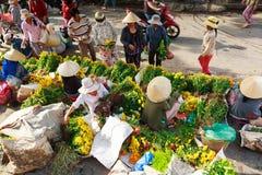 Hoi, Вьетнам - 12-ое мая 2014: Неопознанные поставщики цветка на Hoi рынок в Hoi древний город Стоковые Изображения RF