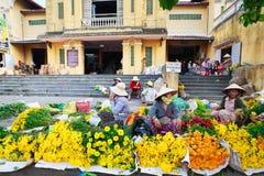 Hoi, Вьетнам - 12-ое мая 2014: Неопознанные поставщики цветка на Hoi рынок в Hoi древний город Стоковое Изображение RF