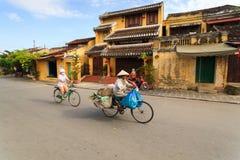 Hoi, Вьетнам - 12-ое мая 2014: Сборщик мусора и ее велосипед, Hoi древний город Стоковые Изображения