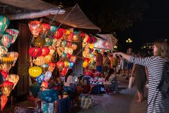 Hoi An-de straat winkelt verkopende lantaarns royalty-vrije stock foto