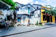 HOI EINE ALTE STADT, VIETNAM - 1. Mai 2014 - ein nettes Mädchen, das für das Machen von Fotos aufwirft Lizenzfreie Stockbilder