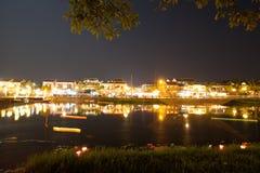 Hoi An stad vid natt bredvid den Hoai floden Royaltyfri Foto