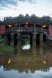 Hoi An - staden av kinesiska lyktor Den japanska bron Arkivbilder