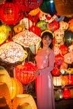 Hoi An - staden av kinesiska lyktor En brud som poserar för bilder med lyktor Arkivfoton