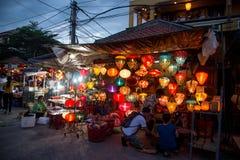 Hoi An - staden av kinesiska lyktor Shoppa med lyktor Arkivbild