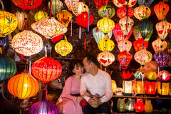 Hoi An - staden av kinesiska lyktor Shoppa med lyktor Arkivfoto
