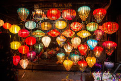 Hoi An - staden av kinesiska lyktor Shoppa med lyktor Royaltyfria Bilder