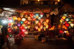 Hoi An - staden av kinesiska lyktor Shoppa med lyktor Royaltyfri Foto