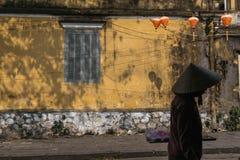 Hoi An Vendor marchant pour travailler photo libre de droits