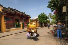 Hoi An, Vietnam - 13 April 2013: Een vuilnisman en haar fiets, Hoi An Ancient Town Royalty-vrije Stock Afbeelding