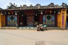 Hoi An, Vietnam - 13 April 2013: Een vuilnisman en haar fiets, Hoi An Ancient Town Royalty-vrije Stock Afbeeldingen