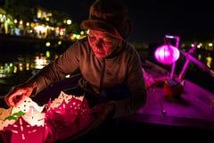 Hoi An Vietnam - April 20, 2018: Gamla vietnamesiska kvinnapepareslyktor på ett fartyg Royaltyfri Bild