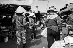 Hoi An, Vietnam - 20. April 2018: Straßenhändler verkaufen Fische auf dem Fischmarkt in Hoi An Lizenzfreie Stockfotografie
