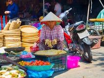 HOI, VIETNAM - AUGUSTUS 21, 2017: Vietnamese vrouwen die voedsel op de straat in Hoi An, Vietnam verkopen Stock Fotografie
