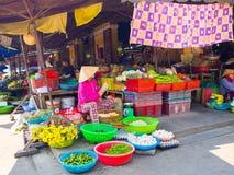 HOI, VIETNAM - AUGUSTUS 21, 2017: Vietnamese vrouwen die voedsel op de straat in Hoi An, Vietnam verkopen Royalty-vrije Stock Afbeelding
