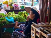 HOI, VIETNAM - AUGUSTUS 21, 2017: Vietnamese vrouwen die voedsel op de straat in Hoi An, Vietnam verkopen Royalty-vrije Stock Foto's