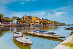 HOI, VIETNAM - 17 DE MARZO DE 2017: Barcos tradicionales delante de la arquitectura antigua en Hoi An, Vietnam Imagenes de archivo