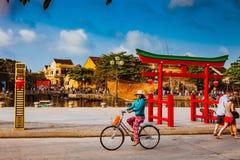 HOI, VIETNAM - 15 DE MARZO DE 2017: Ciudad vieja de Hoian del viaje del grupo de personas, casa antigua, herencia del país Foto de archivo