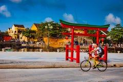 HOI, VIETNAM - 15 DE MARZO DE 2017: Ciudad vieja de Hoian del viaje del grupo de personas, casa antigua, herencia del país Imagen de archivo
